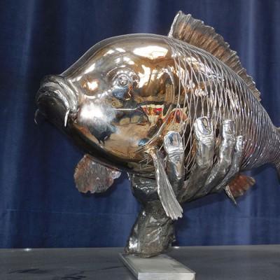 Kunstwerk – Vis Karper in hand gevangen